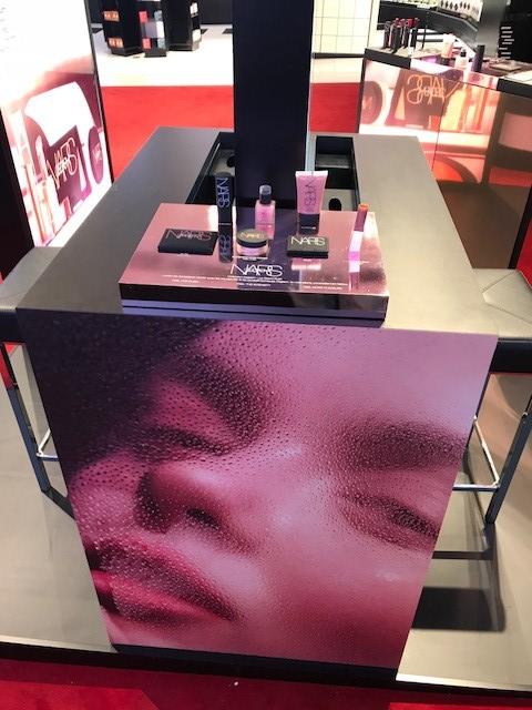 mobiliario PLV para marca NARS cosmética