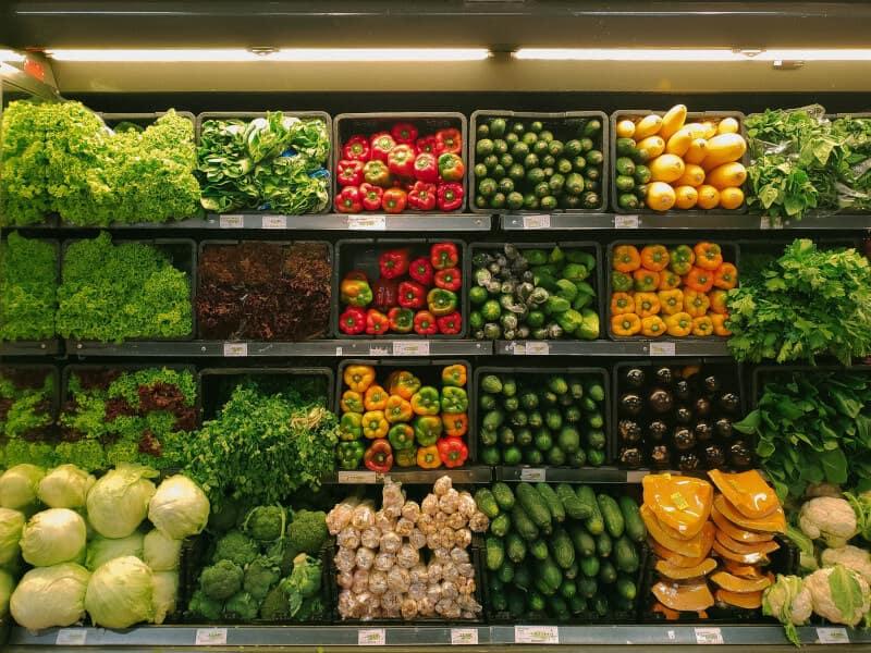 expositor de verduras en supermercado